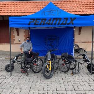Voici un exemple de tente personnalisée faites par PER4MAX @per4max  L'entreprise PER4MAX est une entreprise qui conçoit et fabrique des fauteuils roulants visant à faciliter la mobilité des utilisateurs et leur permettant de viser une performance sportive.   Voici le lien de l'article ci-dessous pour plus d'informations : https://actiexpress.fr/fr/24-impression-toit-et-parois  Plus d'informations sur PER4MAX sur : https://www.per4max.com/about/  #tentepliante #tente #tentepersonnalise #barnum #tente #tentepliante #personnalisable #personnalisation #surmesure #exterieur #exterieurmaison #marché #professionnel #moto #commerce #commercedeproximite #actiexpress