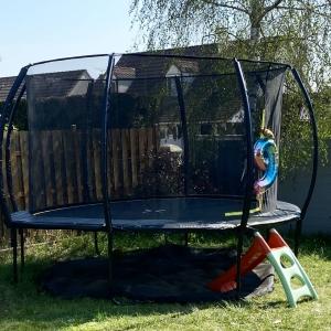 Voici un exemple de nos trampolines !  Monté dans le jardin pour l'anniversaire d'une petite fille de 9 ans. Nous sommes ravies de voir vos rêves et ceux de vos enfants prendre forme.  Ce trampoline est un 370cm, nous en proposons en différentes tailles.  Plus d'informations sur nos trampolines sur : https://actiexpress.fr/fr/content/10-trampoline-  #shopping #trampoline #trampo #barnum #exterieur #shop #ecommerce #ecommercebusiness #dehors #jardin #garden #actiexpress
